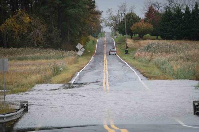 carretera inundada en Bay View Beach