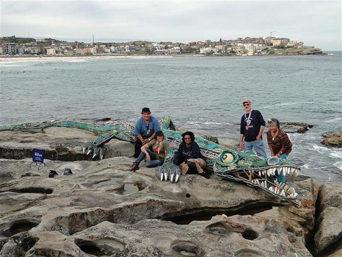cocodrilo hecho de redes fantasma y el equipo de GhostNets Australia