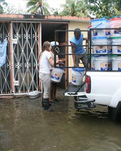 distribución de cubos de ayuda de Esperanza para Haití