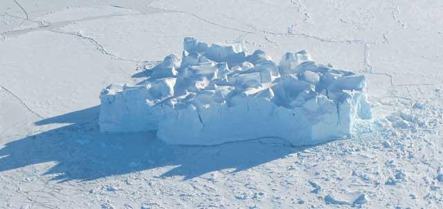 iceberg en el mar helado de Bellingshausen