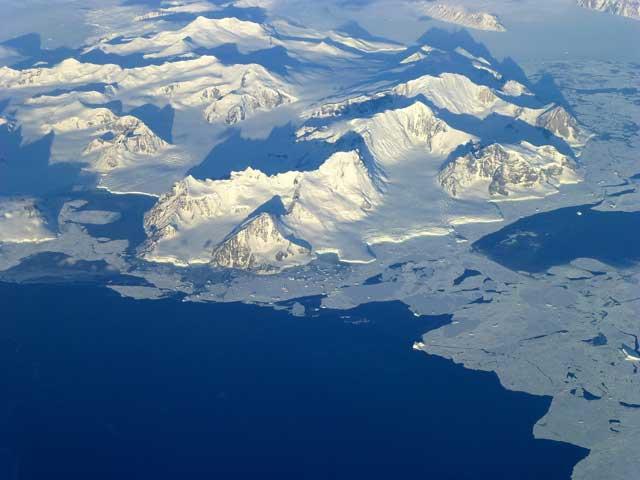 montañas costeras en la Antártida