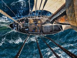 réplica de barco vikingo navegando