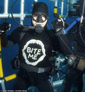 Hugo Reiner con la camiseta de tiburón muérdeme (Bite Me)