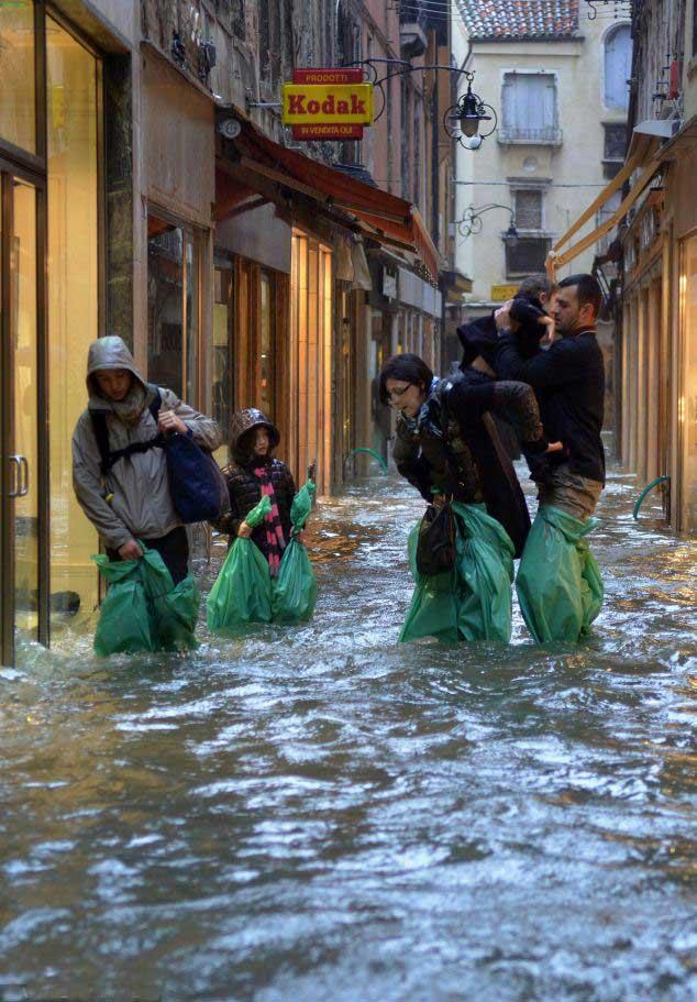 turistas en Venecia inundada
