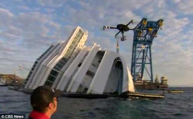 avión en miniatura filma al Costa Concordia