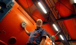 Jan Heinemeierh junto al acelerador de carbono usado en las pruebas