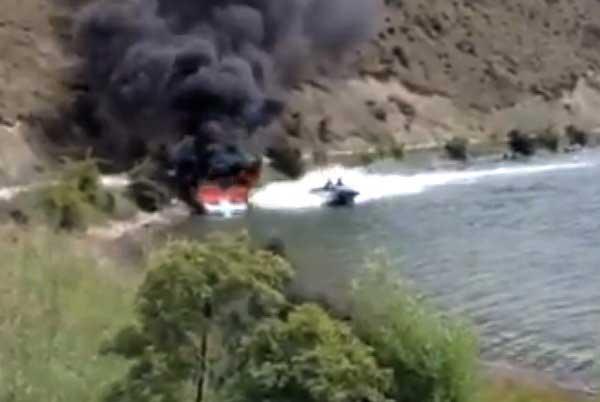 lancha apaga fuego de un barco