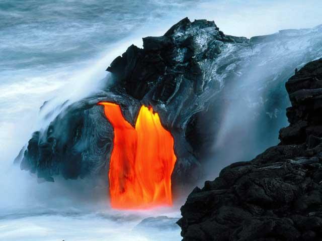 lava del volcán kilauea entra en el mar