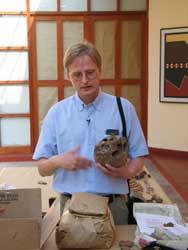 Niels Lynnerup revisa antiguos huesos nórdicos