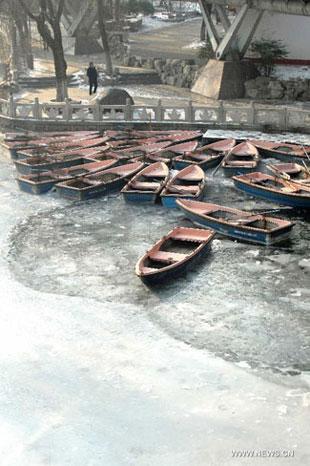 barcas atrapadas por el hielo en un río de China