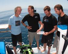 equipo celebra recogida de muestra de coral de aguas profundas Acropora