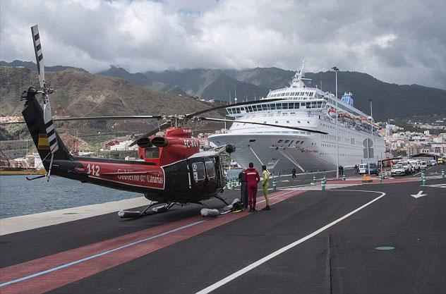 helicóptero de rescate junto al Thomson Majesty