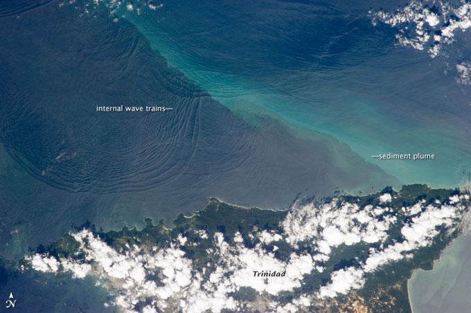 olas internas cerca de Trinidad en el Mar Caribe