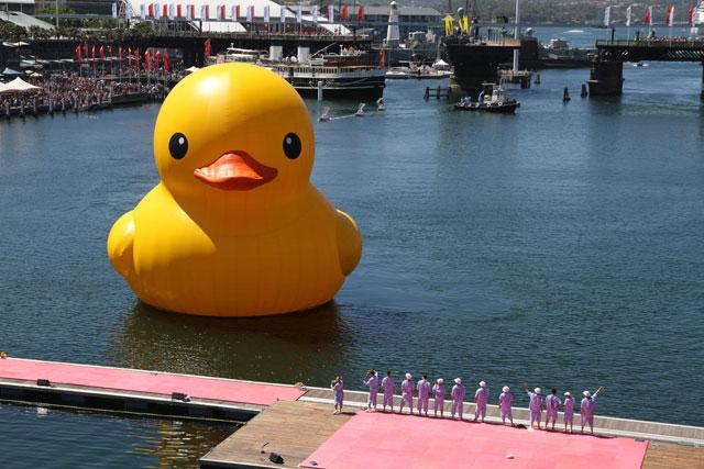 patito de goma gigante en el puerto de Sydney