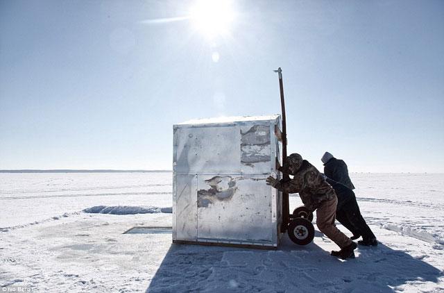 pesca del esturión en lago helado - cabaña