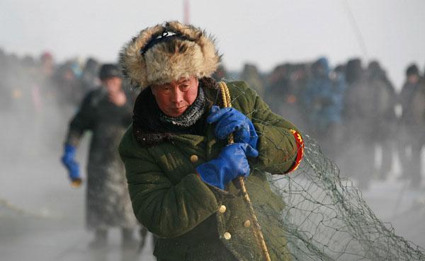 pescador bajo el hielo en China