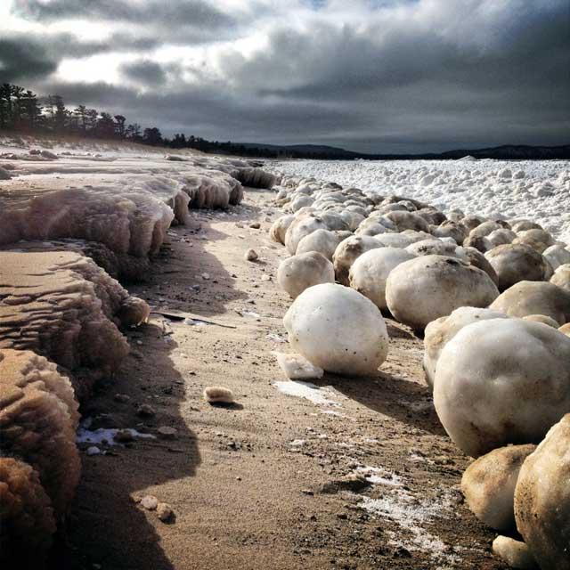 bolas de hielo gigantes en la orilla del lago Michigan