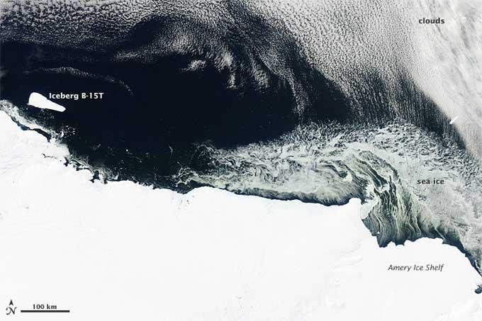 hielo marino e iceberg en la costa Antártida