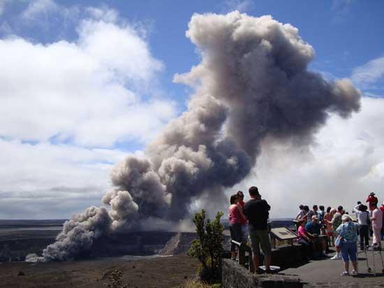 turistas junto al cráter del volcán Kilauea