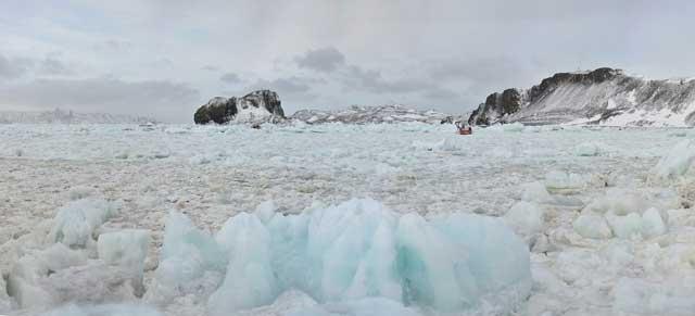 El yate Mar Sem Fim, tragado por el hielo