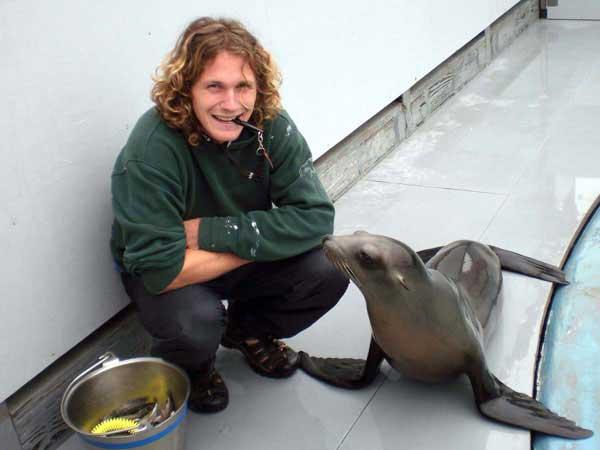 Peter Cook con Ronan, el león marino que baila