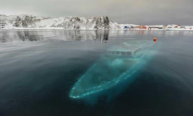 yate fantasma hundido bajo el hielo en la Antártida