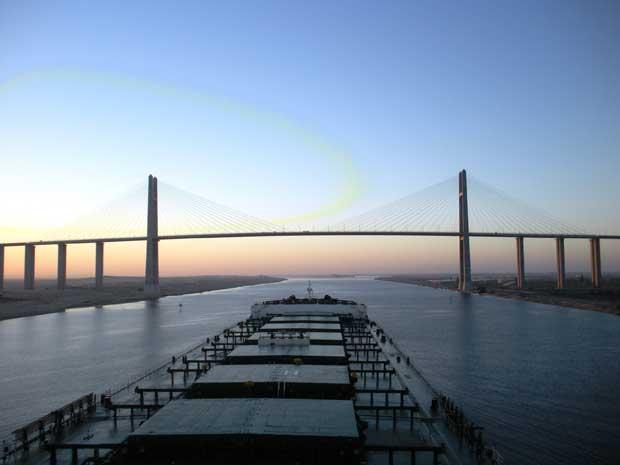buque de carga cruza el Canal de Suez