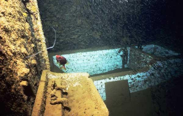 baño de un barco hundido en Chuuk Lagoon