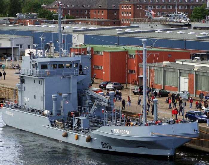 barco alemán de doble casco para recoger petróleo de mar