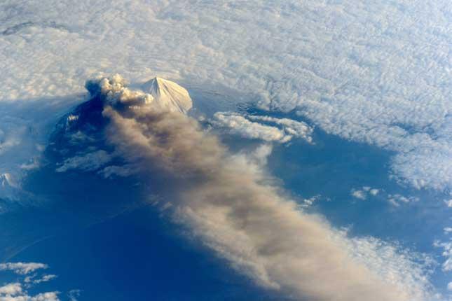 erupción del volcán Pavlof desde la Estación Espacial Internacional