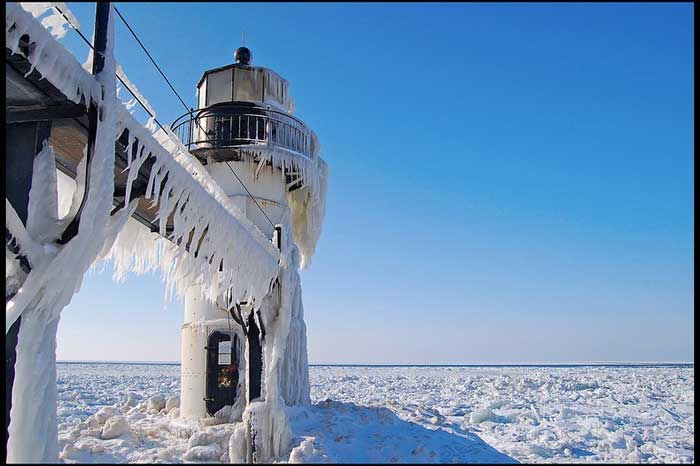 faro congelado en el lago Michigan