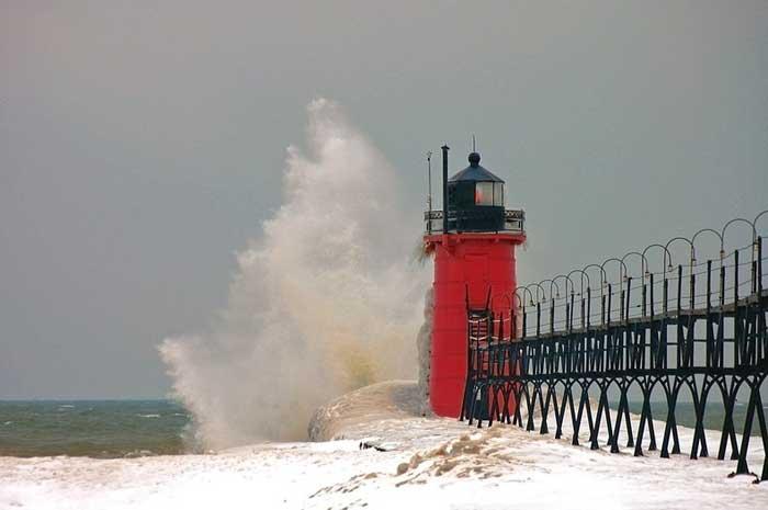 faro en el lago Michigan