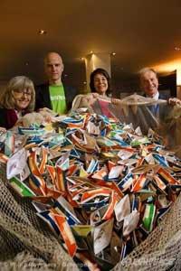 Greenpeace entrega los barcos de papel en Bruselas