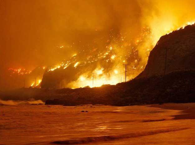 incendios en California durante la noche cerca de la playa