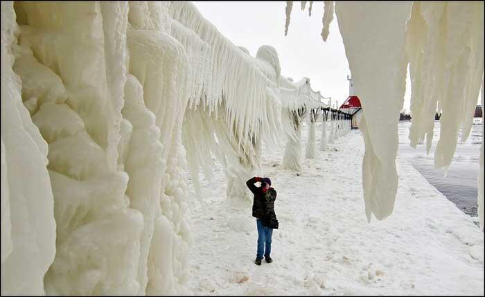 muelle congelado en el lago Michigan