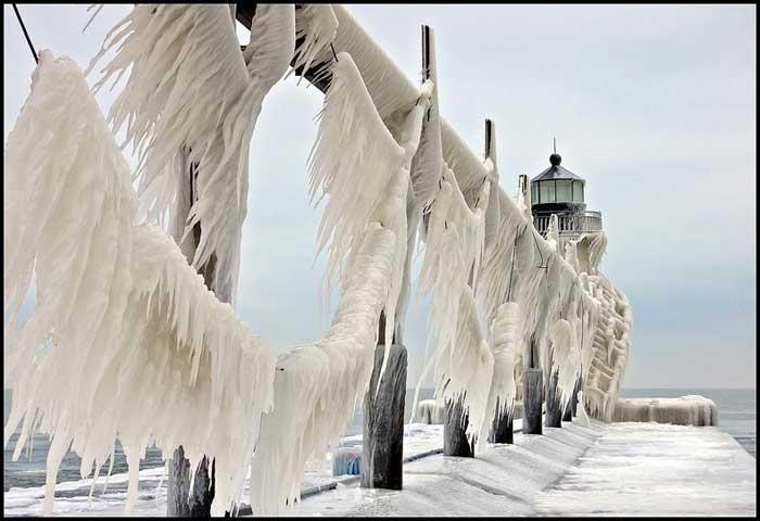 muelle y faro congelados en el lago Michigan