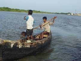 pescando en canoa