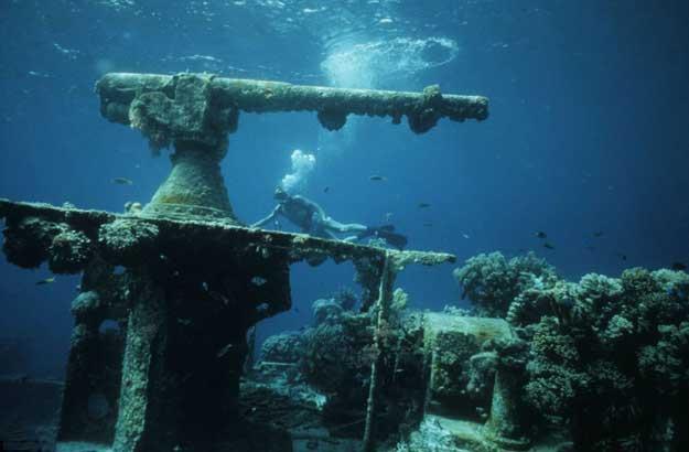 restos sumergidos del cañon de un barco en Chuuk Lagoon