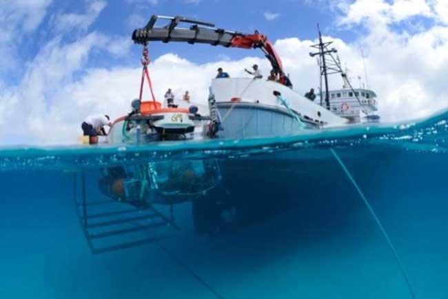 el submarino Curasub es bajado desde el buque Chapman