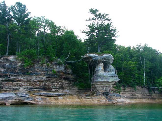 árbol de Chapel Rock, lago Michigan -acantilado