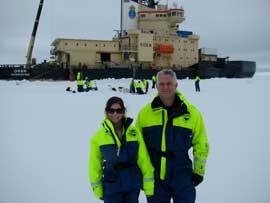 Ellery Ingall frente al buque Oden