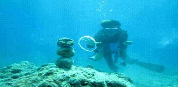 buzo derriba piedras con anillo de burbujas