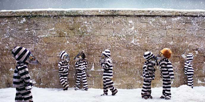 cárcel con presos con cabezas de pescados