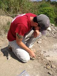El Dr. Dana Ehret durante una excavación