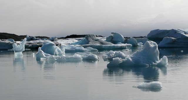 esculturas de hielo en el lago Jokulsarlon
