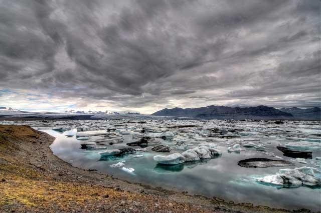 hielos y nubes de tormente en el lago Jokulsarlon