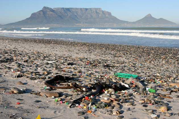 plástico en la playa