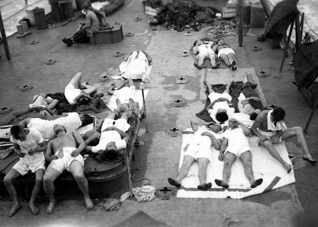sobrevivientes del USS Indianapolis a bordo del USS Basset