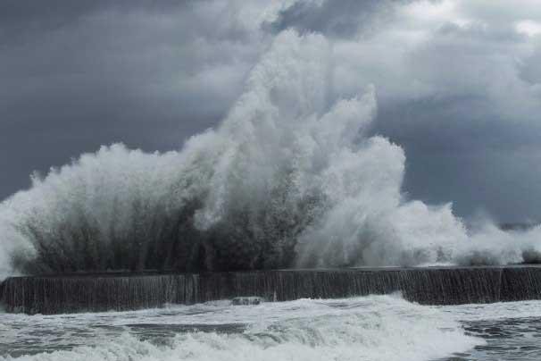 tifón Trami causa grandes olas en Taiwan