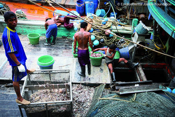 trabajadores en un barco de pesca thailandés